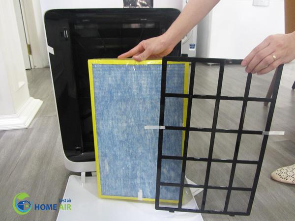 Thay thế bộ lọc trên máy lọc không khí để làm cách làm sạch bụi vải trong phòng